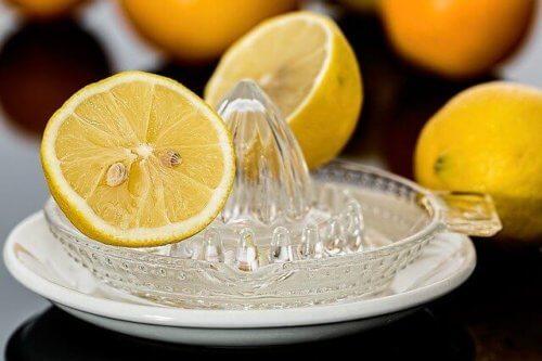 きゅうりやにんじんを使う場合は、レモン汁を加える
