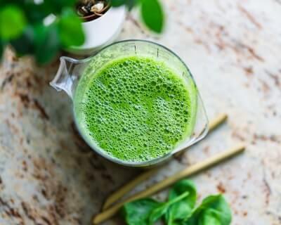 生野菜と果物だけで、噛むスムージーを作る
