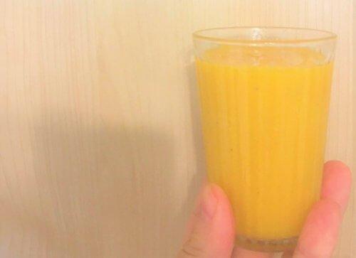 黄パプリカとバナナと柿と甘酒のスムージー