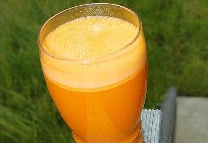 アボカドのオレンジスムージーを作る果物と野菜