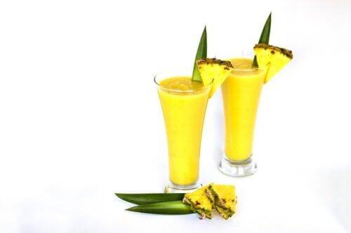 アボカドのイエロースムージーを作る果物と野菜