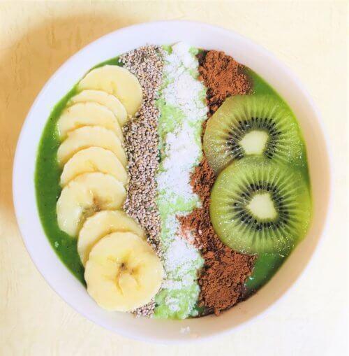 【小松菜、バナナ、キウイ】にすももを加えたスムージーボウル